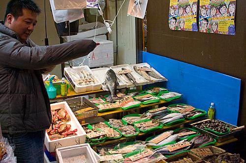 Ameyoko'da balık satıcısı.