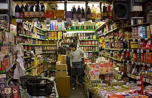 Ameyoko'da geleneksel bir mutfak malzemeleri satan bir dükkan.