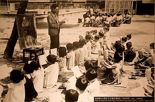 Bombadan sonra öğrenciler eğitime açık havada devam etmek zorunda kalmış. Japon mucizesinin sırrını herhalde eğitime verilen önemde aramak gerekiyor.