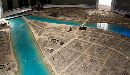 Bu iki maket Hiroshima şehir merkezinin bomba atılmadan önceki ve bombadan sonraki hallerini gösteriyor.