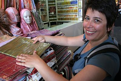 Aygül alışverişte, kapalı çarşı, Şam
