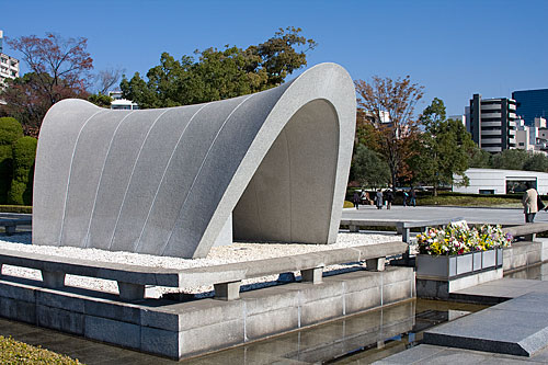 Barış parkının içinde bombadan ölenlerin anısı için yapılmış anıt.