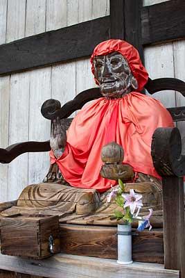 Daibutsuden'in önündeki Binzuru heykeli. Budist inancına göre Buda'nın 16 öğrencisi (16 Arhat) Budizmin yayılmasında önemli rol oynamıştır. Bunlardan bir tanesi de Pindola Bharadvaja'dır ve Japonya'da kısaca Binzuru denir. Japon Budistleri arasında en popüler Arhat'tır. Binzuru'nun gizli güçleri olduğuna inanılır. Binzuru'nun resmine veya heykeline sürülen vücut kısımlarındaki hastalıkların iyileştiği düşünülür. Bu heykel 18. yüzyılda tahtadan yapılmıştır.