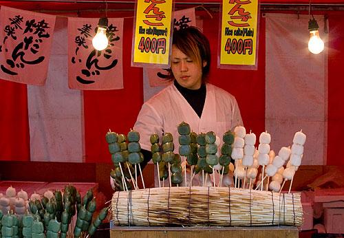 Dango satıcısı. Dango, pirinç unundan yapılan hafif bir tatlı. Sağdaki sade, soldaki çaylı.