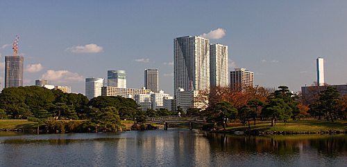 Hama Rikyu Parkı ve arkada gökdelenler.