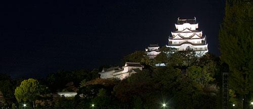 Himeji Kalesi'nin gece görünümü.