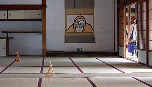 Tapınağın bir salonundan görünüm.
