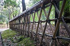 Geleneksel tarzda yapılmış çit, perde veya duvarla çevrelenmesi