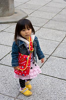 Büyük Buda'yı ziyarete gelmiş minik bir kız.