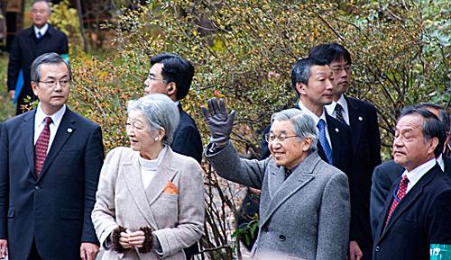 İmparator halkı selamlarken.