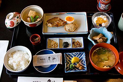 Kahvaltıda çiğ balık, pişmiş balık, tuzlanmış balık, yosun çorbası, tofu, ume turşusu, zencefil turşusu gibi yiyecekler vardı.