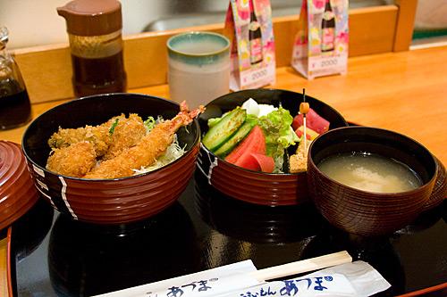 Asakusa'da bir lokantada set menü.