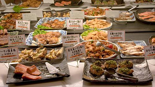 Açık büfe bir lokanta. Yiyeceklerin üzerinde fiyatları yazıyor ve istediğinizi seçiyorsunuz.