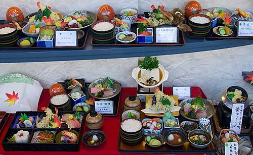 Arashiyama'daki bir lokantanın vitrinindeki yapma yiyecekler.