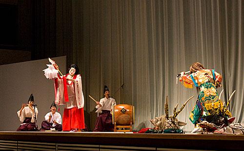 Kagura dansında esas oğlan sekiz başlı ejderhayı öldürüp zafer dansı yaparken.