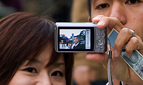 Büyük Buda'nı önünde kendilerinin fotoğrafını çeken bir çift.