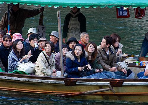 Kameoka'dan gelen gezi teknesi.
