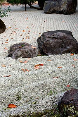 Karesansui tipi Japon bahçesi. Bu tip bahçeye kuru bahçe veya Zen bahçesi de denir. Hogonin Tapınağı, Arashiyama