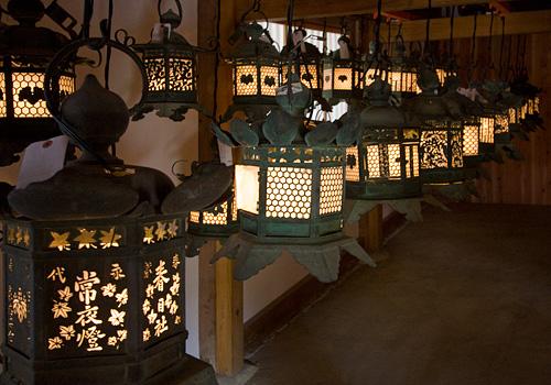 Kasuga Taisha içindeki fenerler.