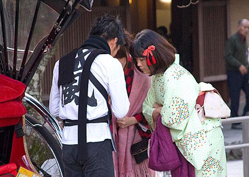 Kimonolu genç kızlar ve çekçekçi.