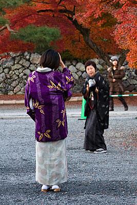 Tapınağın bahçesinde hatıra fotoğrafı çektirenler.