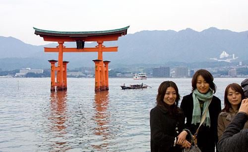 Hatıra fotoğrafı çektiren Japon genç kızlar.