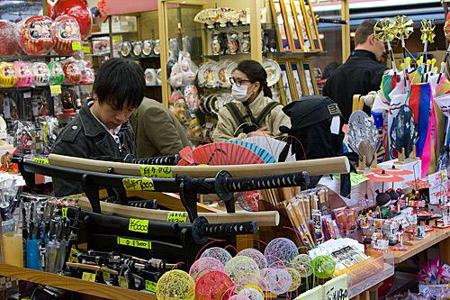 Nakamise Caddesi'nde hediyelik eşya satan bir dükkan.