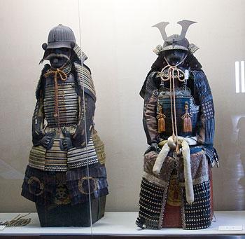 Kale içinde sergilenen Samurai elbiseleri.