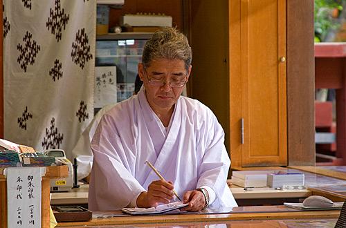 Bir Shinto rahibi.