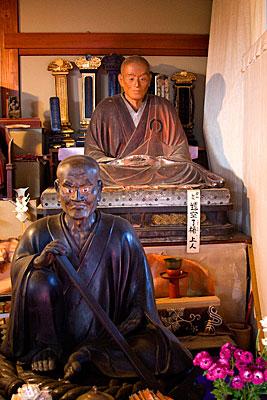 Daihikaku Senkoji Tapınağı'nın ana salonundan bir görünüm. Önde tapınağın kurucusu Suminokura Ryoi'nin heykeli var.