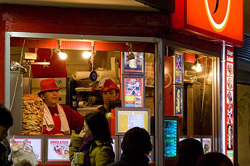 Harajuku'daki Kebab Box J isimli dönerci. Kovboy şapkalı bu abiler Türk ve kolayca muhabbete giriyorlar.