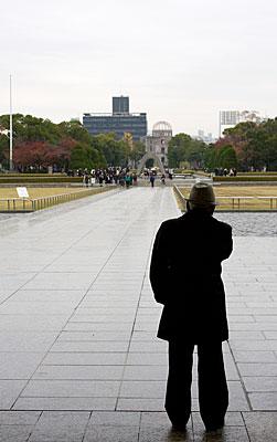 Bu yaşlı adam dalgın bir şekilde anıt ve Atom Bombası Kubbesine bakarken objektifime takıldı. Ne düşünüyor acaba?