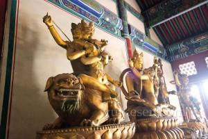 Parktaki tapınağın içindeki heykellerden bir görüntü