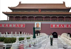 Tiananmen Kapısı'nın önünde nöbet tutan asker.