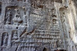 Wan-fo-tung Mağarası (on bin Buda Mağarası) 680 yılında tamamlanan bu mağaranın inşaatını bir kadın adliye görevlisi ve bir rahibe yönetmiş. Duvarlarında 15000 tane küçük oturan Buda oyması var
