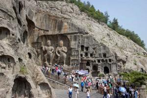 Fengxian Mağarası'nda Buda'nın sağ tarfındaki heykellerden ikisi.
