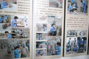 Askerlerin restorasyonunu gösteren bir pano.