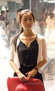 Yukarıdaki askeri seyreden Çinli kız