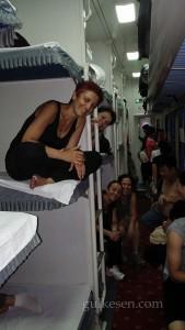 Çıplak göbekli Çin Halkı ile iç içe mutlu bir tren yolculuğu yaparken.