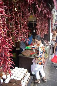 Ciqikou'da kurutulmuş biber satan bir dükkan. Chongqing'in biberi meşhur, acılı yemekleri seviyorlar.