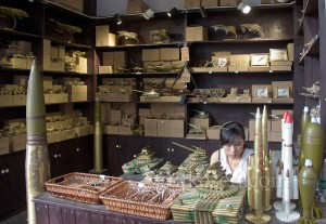 Ciqikou'da savaş oyuncakları satıcısı.