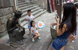 Pamuk şekerle fotoğraf çektiren çocuklar.