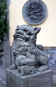 Arhat Tapınağı kapısında bekleyen aslanlardan dişi olanı.