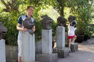 Shibaozhai'ye giderken yol üzerinde küçük bir park var.  Bu hayvan büstleri o parkta.