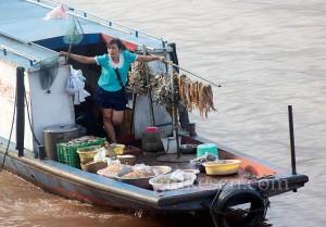 Yangtze'de kurutulmuş balık satıcısı.