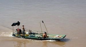 Yangtze'de küçük bir balıkçı teknesi.