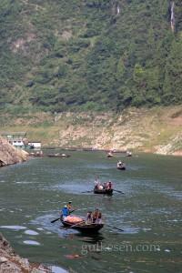 Kayıklardan inip motorlu tekneye bindik, arkadan gelenler bizim kürekçiler. Evlerine gidiyorlar.