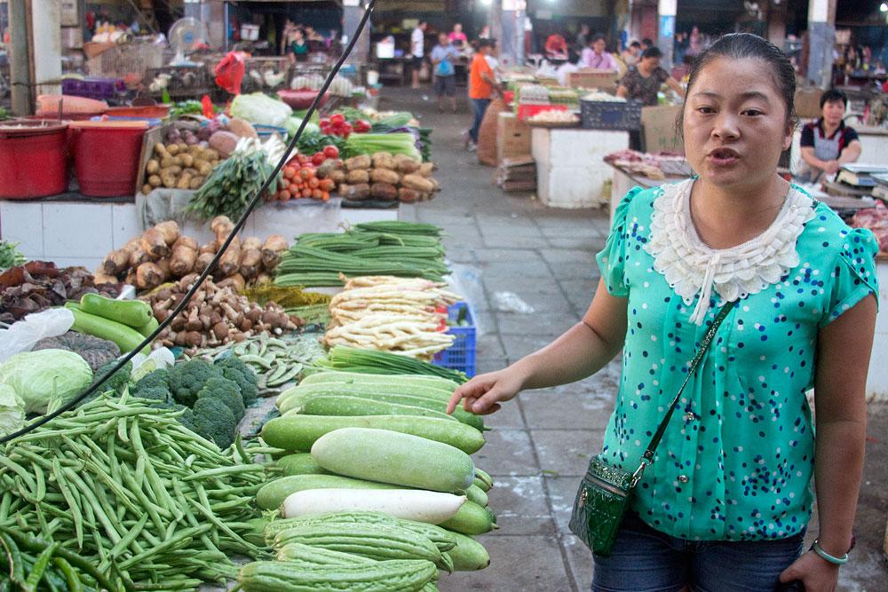 Öğretmenimiz bize pazardaki sebzeleri anlatıyor.