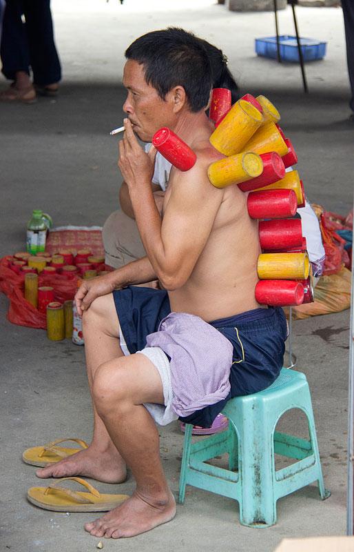 Bambudan yapılmış geleneksel kupalarla kupa çekme.