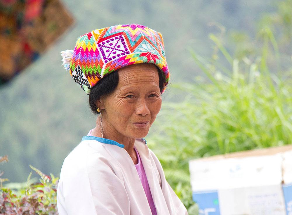 Renkli başlığı ile bir Zhuang kadını.